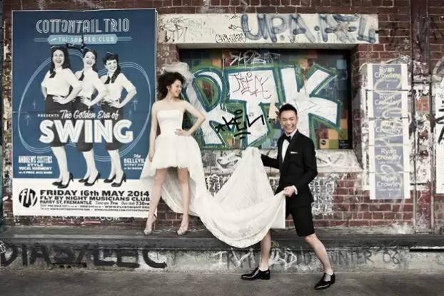在甫曝光的婚紗照中Vivian身穿近百萬訂制的婚紗,一件綴滿蕾絲充滿高貴古典美,另一件則是帶點搖滾味,相當有特色。