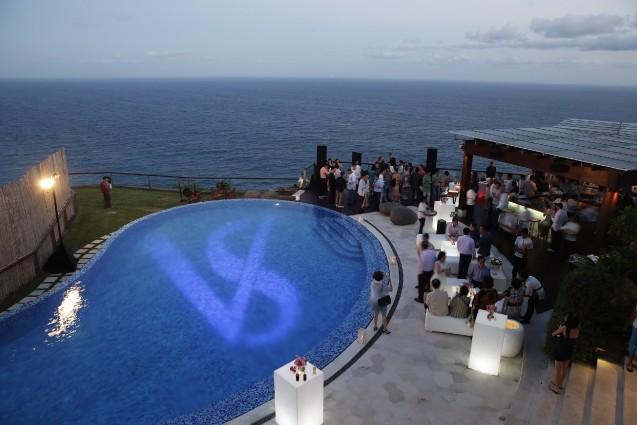 在泳池內更有一對新人的英文名縮寫VS(Vivian & Sean)用投影燈打亮水面,還會不時變換顏色,夢幻十足。
