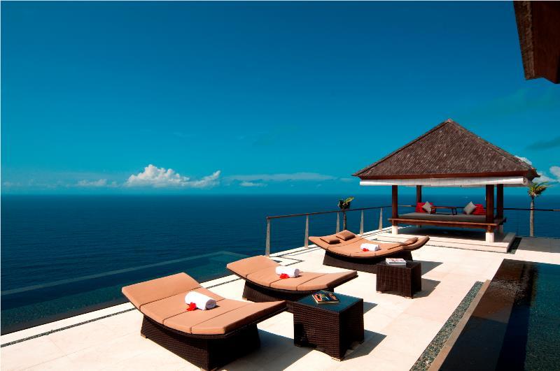 要在The Edge Bali Villa舉辦崖邊泳池婚禮,至少要約274000美元。