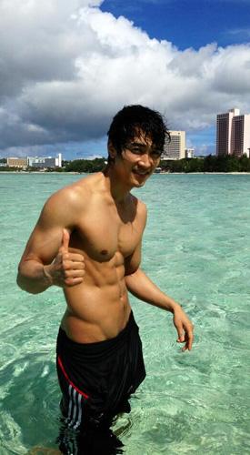 宋承憲曾被台灣網友封為最具看頭的人魚線韓星,如今演出情慾電影,也讓粉絲期待不已(本圖翻攝自網路)