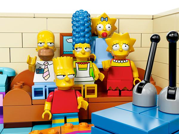 時逢《辛普森家庭》25周年,各家廠商陸陸續續推出了許多的聯名商品與紀念玩具,樂高 (Lego) 公司率先推出了一系列辛普森家庭主題積木。