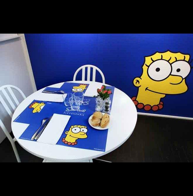 法國時裝潮店「colette」店內的人氣餐廳「Le Water Bar Colette」更以「The Simpsons」為佈置主題,牆面上印滿滿辛普森一家人,連美麗的美枝Marge都會在餐桌上陪你吃東西!