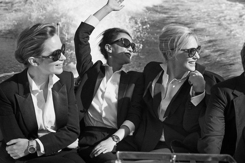 在即將發表的《永恆的柏濤菲諾(Timeless Portofino)》獨家環球攝影展當中,出現了許多品牌少見的中裝尺寸腕錶,而這次的影像作品,相較於四年前,同樣由 Peter Lindbergh 掌鏡的系列影像,帶有同樣的瀟灑氣質,卻模糊了男性的陽剛與女性