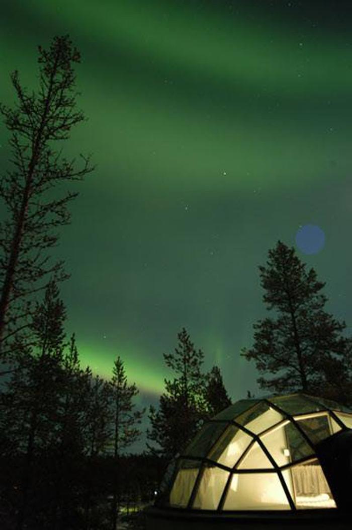 每年一月至四月是觀賞北極光的最佳觀賞時間,天空必須晴朗無雲,更需要在沒有光害的地方才能看的到極光,同時也需要氣候的配合,室外氣溫約零下10-15℃,而晚上8點到12點出現機率更高。