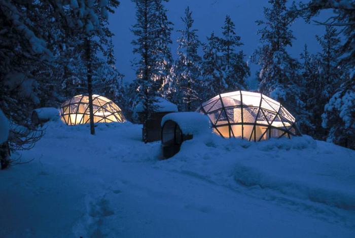 位於北極圈內的芬蘭玻璃冰屋村全名叫Kakslauttanen,在一片茫茫雪原中,有著20個玻璃穹頂屋,一個玻璃圓錐頂小屋,以及60張床位的冰雪屋