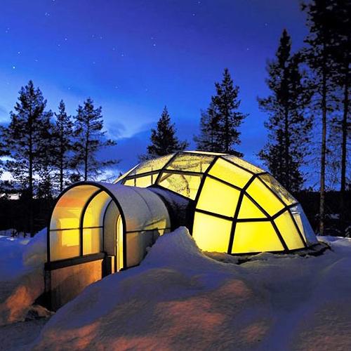 這裡,冬季寒冷,夏季溫暖舒適,玻璃小冰屋散落在雪原上,與地景天空無縫融合,是一睹壯麗北極光的完美地點,也有著世界上最大的冰雪餐廳。