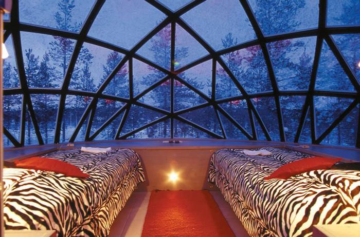 麻雀雖小,五臟俱全,舒適的玻璃穹頂屋內,均有豪華雙人床及衛浴設備躺在冰天雪地的屋內,欣賞大自然的奇幻極光秀