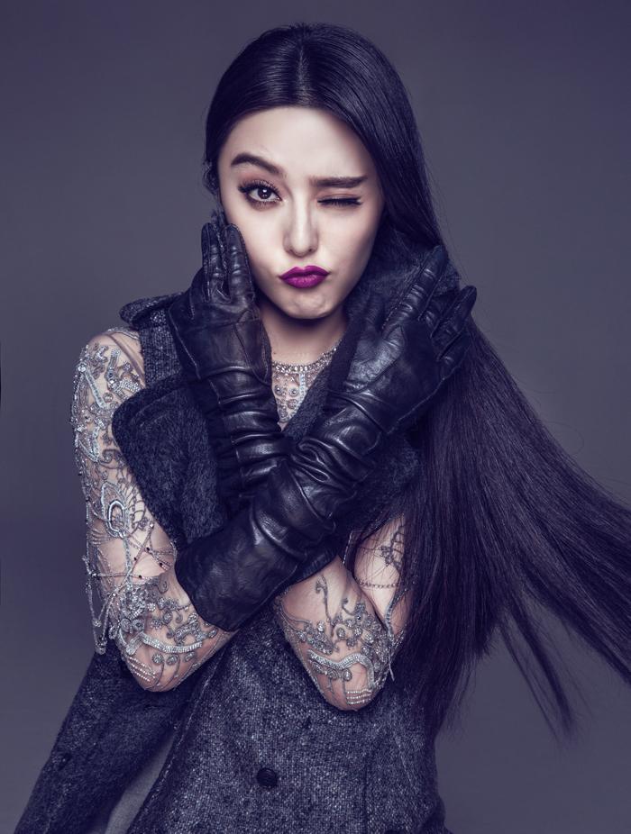 她的美,混雜古典與現代,彷彿穿越了時空,來今世玩耍一遭,她的眼神,有股懾人的魅力,讓鏡頭也為之留戀。美麗,在某些人身上僅是外殼,但在她身上,卻是由內而外,混雜自信、聰穎和淘氣的絕對魅力。