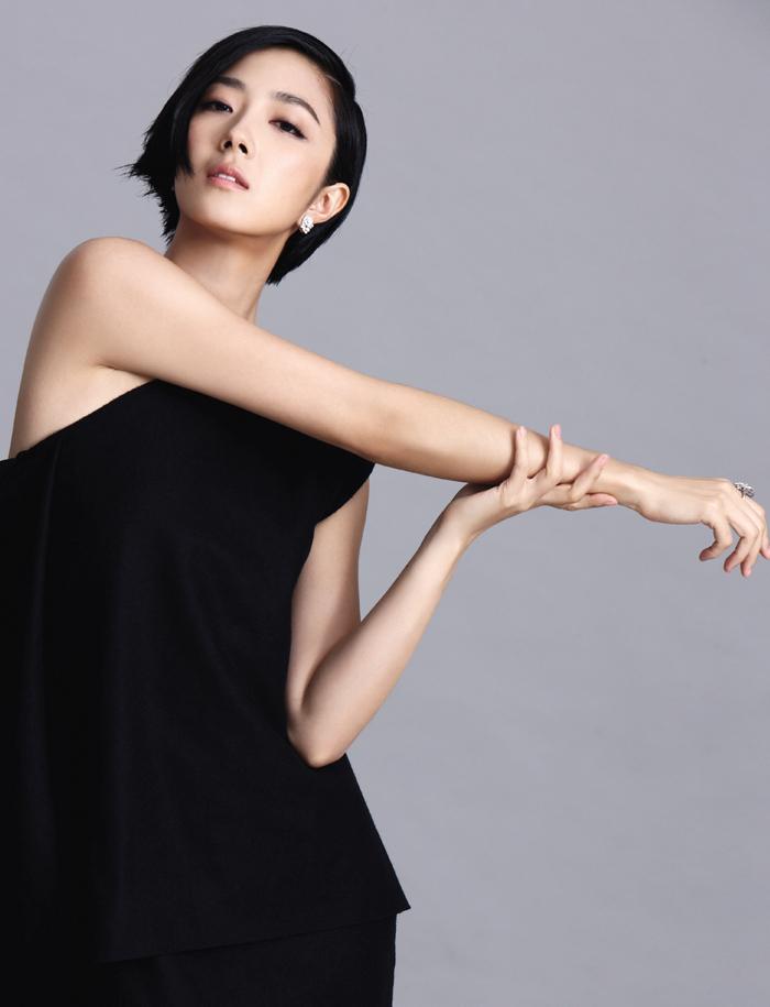 桂綸鎂配戴Piaget Rose鑲鑽耳環和指環,簡單大方的設計在俐落與華貴間取得完美平衡,同時襯托桂綸鎂細膩動人的氣質