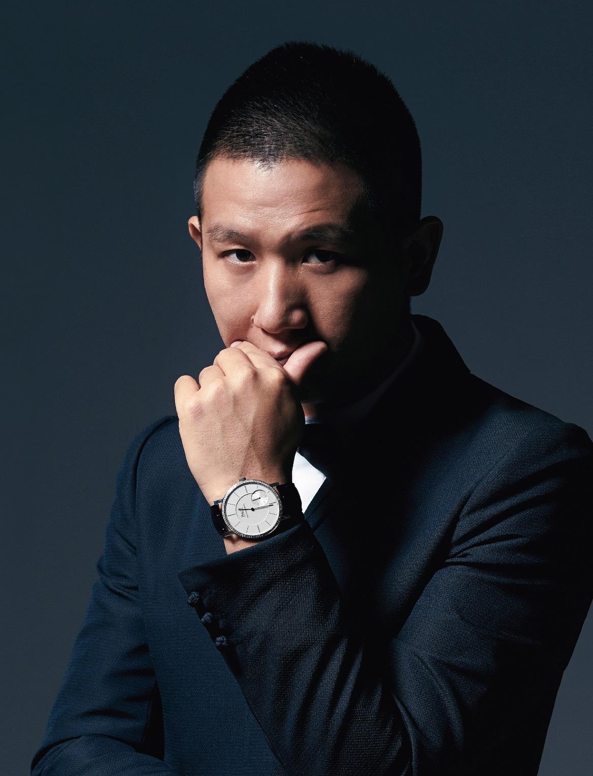 趙德胤配戴充滿現代感的Piaget Altiplano白金鑲鑽超薄腕錶,彰顯其簡約典雅的氣質
