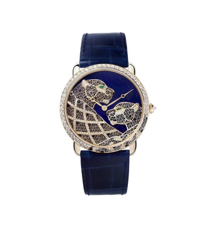 要製作出一只金銀絲細工腕錶,需耗時約一個多月的時間,18K黃金錶殼上,鑲嵌圓形明亮式切割鑽石,一雙美洲豹伉儷,交織目光的眼睛上鑲嵌著祖母綠寶石,身上身體的花紋就由金絲銀絲揉合固定,交織呈現出如蕾絲般的花紋
