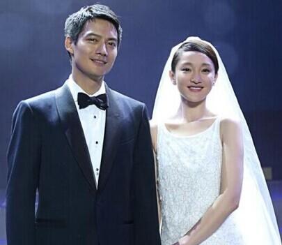 """【周迅、高聖遠】7月16日,周迅在杭州ONE NIGHT公益晚會上,身披Chanel為其量身定制的羽毛珠片刺繡婚紗,牽手高聖遠,宣佈成婚!周迅也當場發表了""""愛情宣言"""":""""我們今天非常開心,可以在這個充滿愛的氛圍裡,把我和我丈夫的愛,融合在一起,跟大家分享,"""