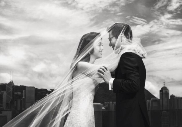 """【湯唯 韓國導演金泰勇】據報導,""""婚禮在夢幻的休假地舉行,和豪華的婚禮相差甚遠,兩人只在親朋好友的見證下舉行了簡單但又不失浪漫的婚禮,並許下了終生的約定。""""兩人隨後發表的新婚感言,也格外真摯動人:""""全新的人生階段,新鮮也充滿挑戰,我們已經做好準備,帶著愛與"""