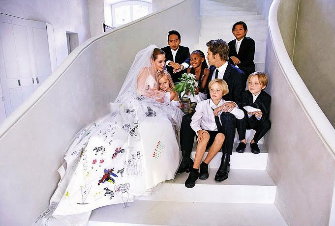 【安潔莉娜裘莉Angelina Jolie&布萊德彼特Brad Pitt】安潔莉娜裘莉的婚紗來自Atelier Versace 一貫特立獨行的裘莉,居然將她與皮Brad Pitt所撫養的孩子們的畫作繡在了婚紗背面和頭紗上!