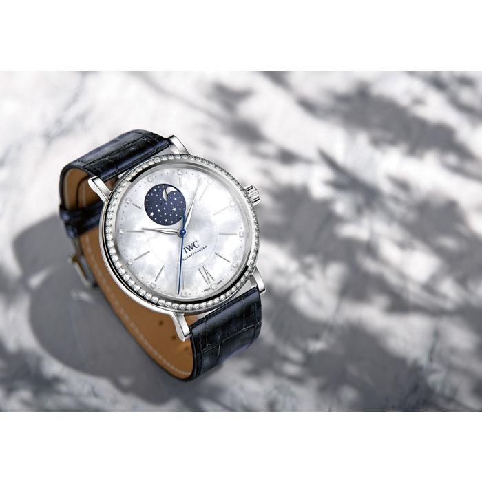 多樣功能選擇,以及包括白金、紅金、精鋼材質,並在部分款式綴以奢華美鑽,IWC萬國錶全新中裝腕錶,不只提供了許多可能性,對於總在男裝與女裝腕錶間抉擇的朋友來說,這樣的一個全新概念,無非是最佳的解套良方。