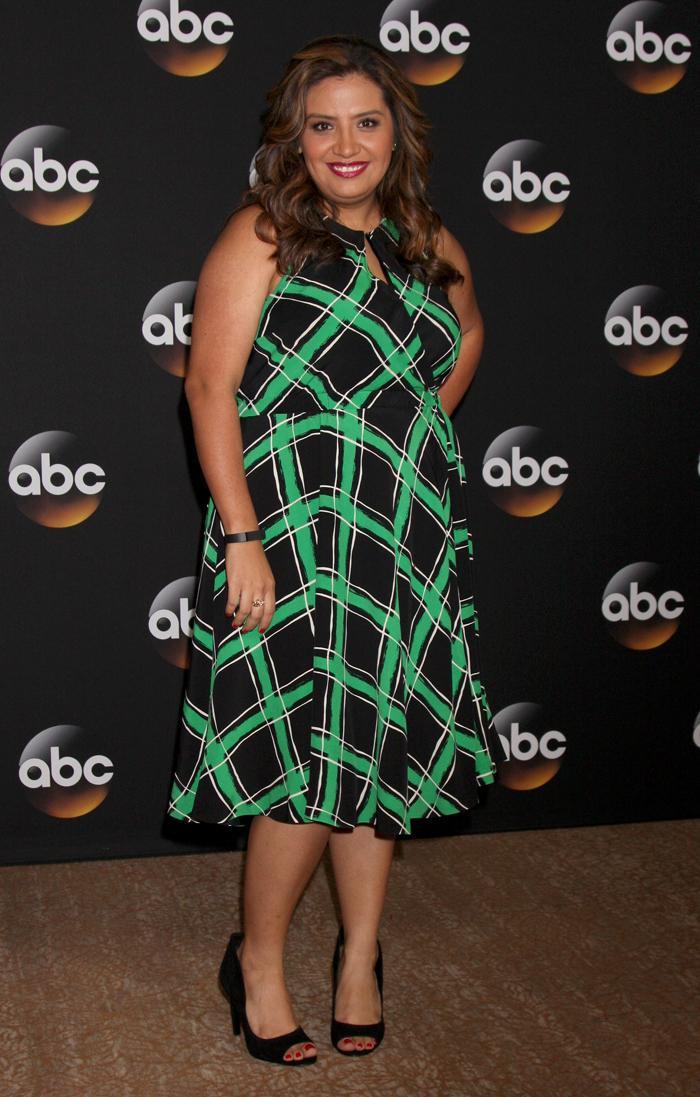 美國諧星Cristela Alonzo(成套格紋讓身材更顯胖)
