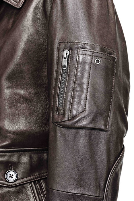 BOSS推出限量版皮衣,於左臂處設計有特製手機袋及耳機環