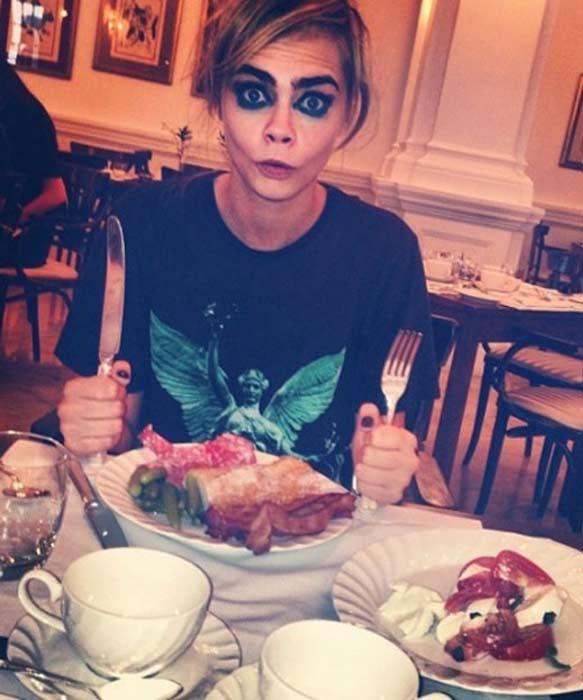 超酷帥模Cara Delevingne有時候吃早午餐畫上搞笑的妝