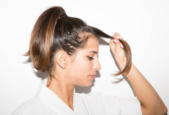 如果妳的頭髮前面很油膩,但其他地方不會,把頭髮往前扯,在水槽裡洗一下。每天洗頭很痛苦,而且會加多頭髮出油,所以只要洗妳想洗的部分就好,懶女人勝利!