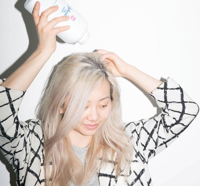 頭髮太髒,早上卻沒時間、或是根本起不來洗嗎?睡前抹一些痱子粉、嬰兒油在髮根可以舒緩這樣的情況喔。