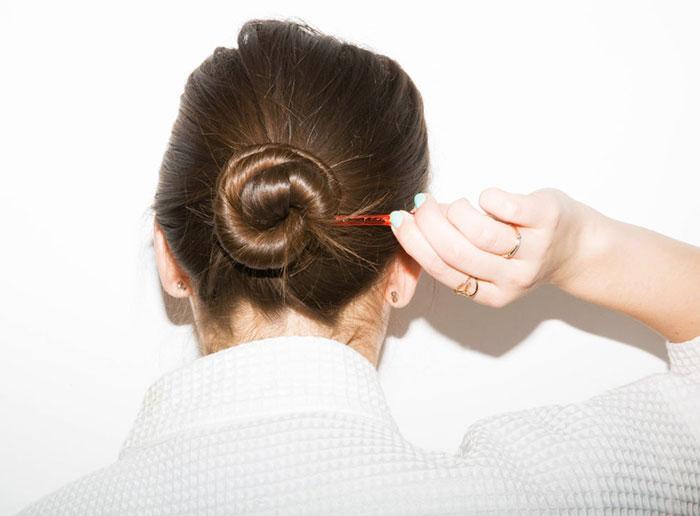 洗了頭卻沒時間將它吹乾?用鬆散的手勁把頭髮盤成一個髻,用夾子固定它,乾了以後,解開頭髮,不費力就能打造波浪捲髮。