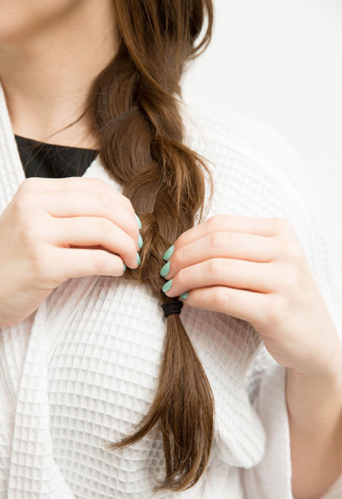 綁頭髮花太多時間,那就綁個鬆散的低辮子,它將帶給妳浪漫的波浪捲度。