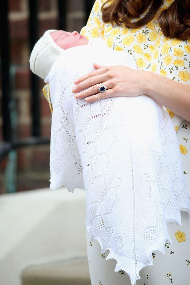 小公主非常順利且健康的出生,這也是英國皇室首次使用推特公布消息,肯辛頓皇宮在推特上宣布,凱特王妃在早上8點34分生下寶寶,母女均安;而這也是英國皇室25年來首位出生的英國公主。