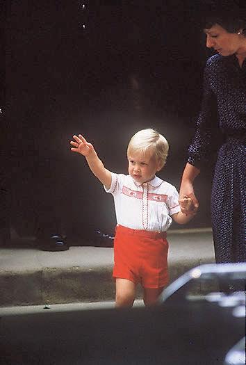 看看當年哈利王子出生時,威廉王子也都有去探望,此情此景再次出現!