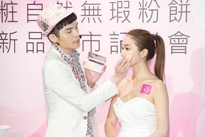 彩妝師Daniel以「Za粧自然無瑕粉餅」的「雙效粉撲」打造輕透無瑕底妝