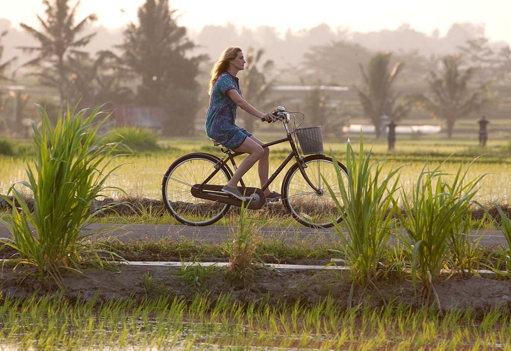 電影《享受吧! 一個人的旅行》中,茱莉亞‧羅勃茲穿著輕盈舒適的BENSIMON
