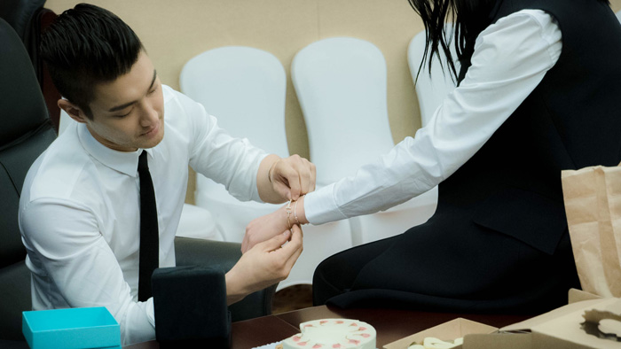劉雯在《我們相愛吧》節目中送給始源Tiffany T手鐲