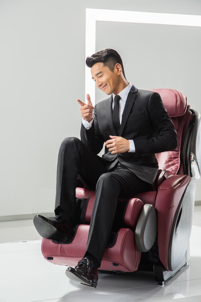 按摩椅龍頭品牌OSIM 請到新婚好男人趙又廷,為其最新產品「OSIM摩法椅」代言拍攝形象廣告。