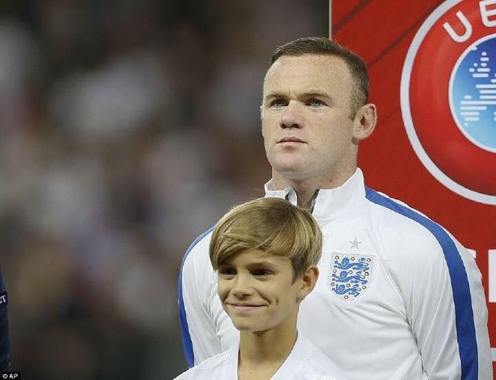 值得注意的是貝克漢姆的二兒子羅密歐本場比賽擔任了英國隊長魯尼(Wayne Rooney)球童,羅密歐的出場一度還引起了現場的尖叫聲,因為羅密歐在英格蘭已經屬於一個小名人了,他和隊長魯尼一同出場,當播放國歌的時候,站在魯尼面前的羅密歐面對鏡頭一臉嚴肅,沒有緊