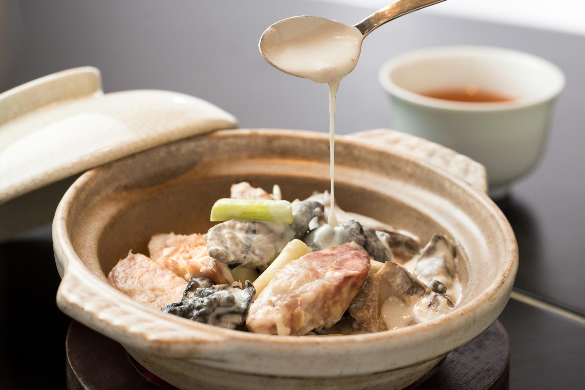 北菇芋奶雞煲 TWD580 滑嫩的竹絲雞、鬆軟綿密的芋頭和厚實多汁的北菇讓人不忍停口,是一道老少咸宜的美味佳餚。