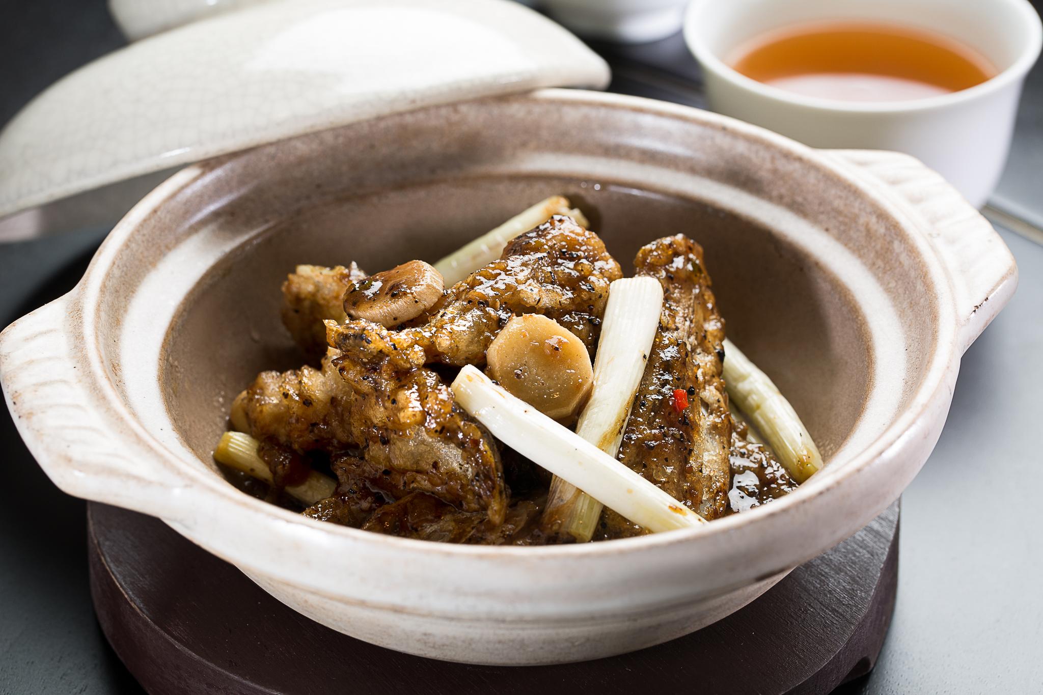 蔥薑黑椒魚雲煲 TWD680 魚頭極為乾香酥脆,包含骨頭皆可入口,亦多了一層豐厚膠質風味,香氣盈口一試難忘。