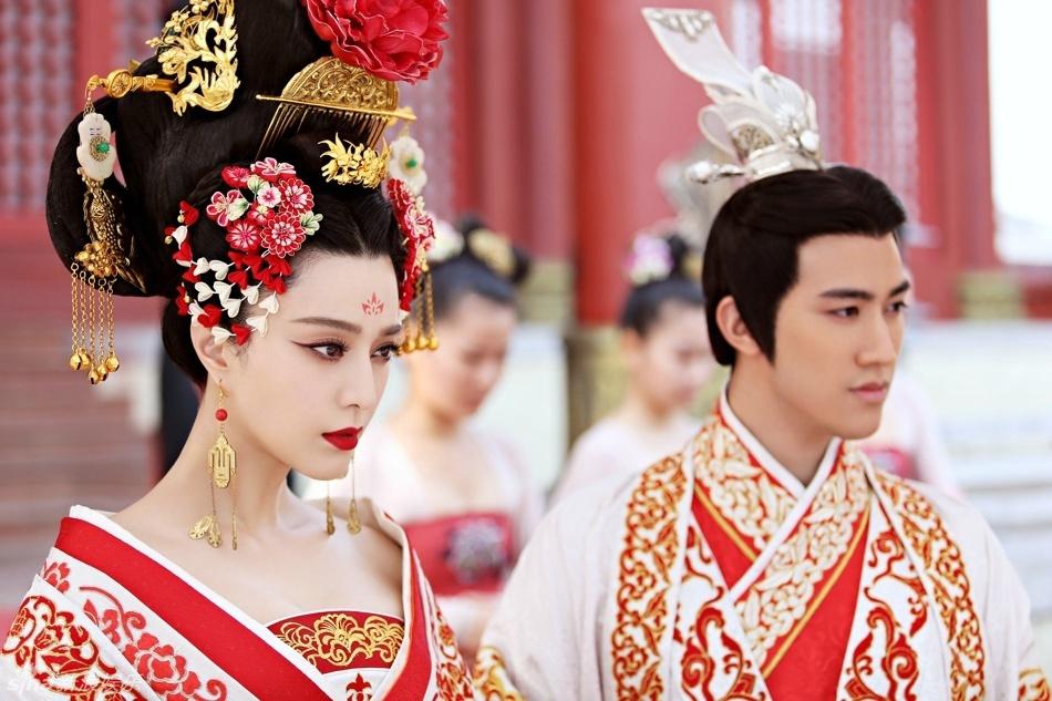 范冰冰不管是武媚娘或是楊貴妃的古裝也不能擺脫鮮紅唇彩,畢竟范爺的皮膚實在是太白皙了,能hold住一般人hold不住的紅色。