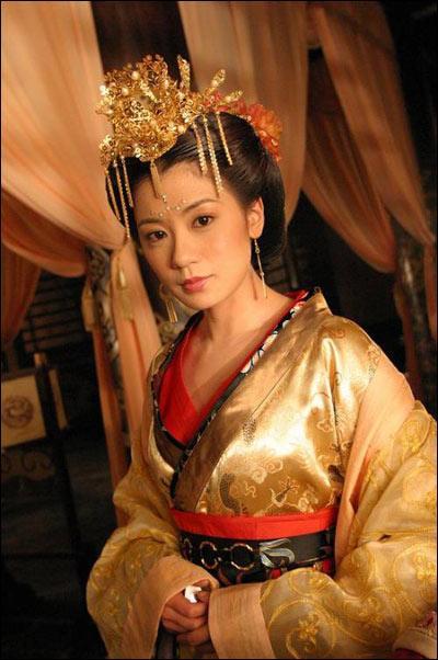 這是賈靜雯在《武則天》裡面扮演的武媚娘的古裝髮型,高盤發,無劉海,睿智而又精明,頭戴鳳冠,身穿華麗服飾,眉宇間多了幾分妖媚。