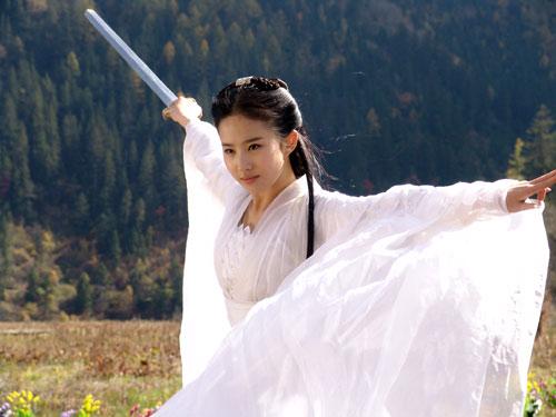 當年演出小龍女時的劉亦菲只有十七歲,澄澈純淨的眼眸跟白皙嫩滑的肌膚讓人眼睛一亮,穿上古裝的她飄然若仙,目前接拍的戲劇也多以古裝為主,網友表示看她演出時裝劇還會覺得怪怪的:「她的臉就是應該出現在古代啊!」