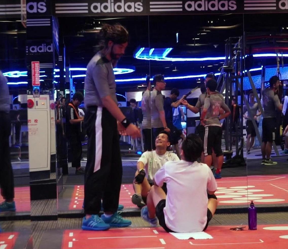 林書豪於影片中變裝為健身教練,以趣味方式指導會員