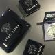 以經典黑色粉盒搭配銀色質感包裝的全新BOBBI BROWN聖誕彩妝系列