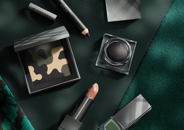 同樣的元素也用運再Burberry 2015 秋冬限量版彩妝上,推出以「拼貼、圖案和印花」為主題的秋冬女裝系列的迷彩印花圖案。