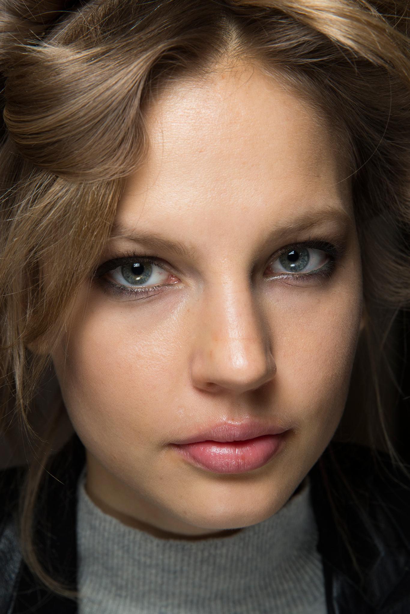 試想眼妝上畫上漸層迷彩小煙燻那麼唇妝如何選搭? 性感的裸粉紅唇彩最不搶焦啦!