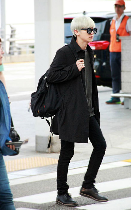 EXO的朴燦烈一頭金髮加上全黑酷勁裝扮,配上CAMPER MAGNUS黑色鞋款更顯個性,