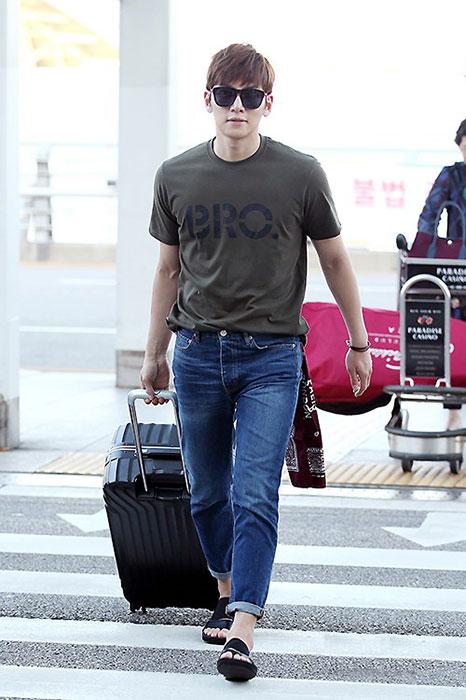 池昌旭以間單t-shirt+牛仔褲的輕鬆機場裝,配上黑色Camper Gery彈性涼鞋,展現個人風格