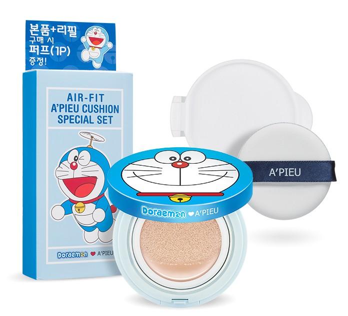 除了底妝,現在還有氣墊腮紅,APIEU推出了多啦A夢氣墊系列,包括底妝、腮紅、唇膏等等。