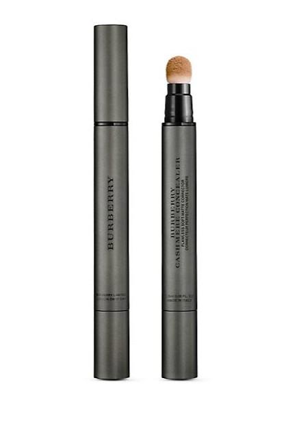 Burberry彩妝系列也是美的有口皆碑,本季新推出的絲絨氣墊遮瑕筆,可以完美朝遮蓋黑眼圈與眼部暗沉。
