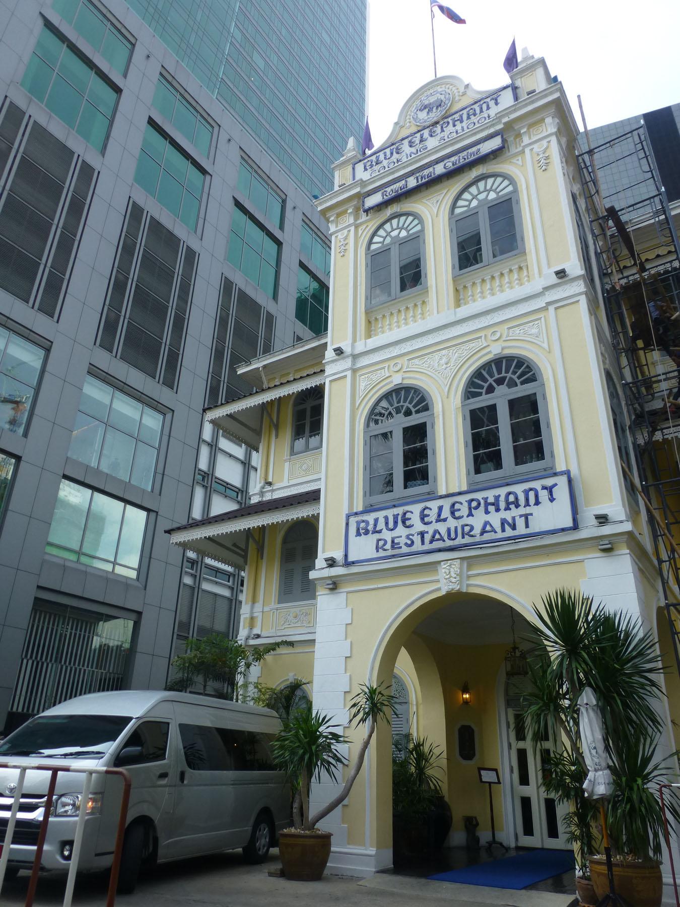 最有趣!正統泰菜現學現吃 Blue Elephant Cooking School & Restaurant 1980年創始於比利時,遠近馳名的泰式料理與教學廚房專門店。