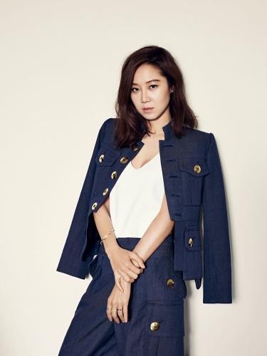 在持續吹著韓風的2015年末,由具有「行走的衣架」及「完售女王」封號的孔曉振來為大家親身示範最流行的韓系眼眉趨勢,引領韓妝時尚潮流。