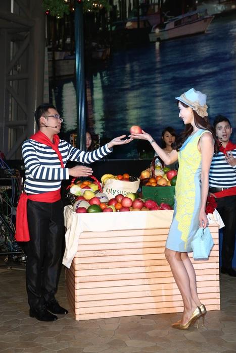 浪琴表全球代言人林志玲在義式攤位前展演新多情系列錶款