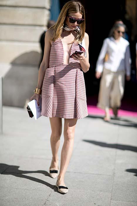 一件洋裝能多立體?宛如 Miu Miu 風格的立體洋裝跟尖頭鞋,讓可愛俏皮的格紋,意外增添了個人風格,而適度的搭上絲巾、極簡手環才能更加分。